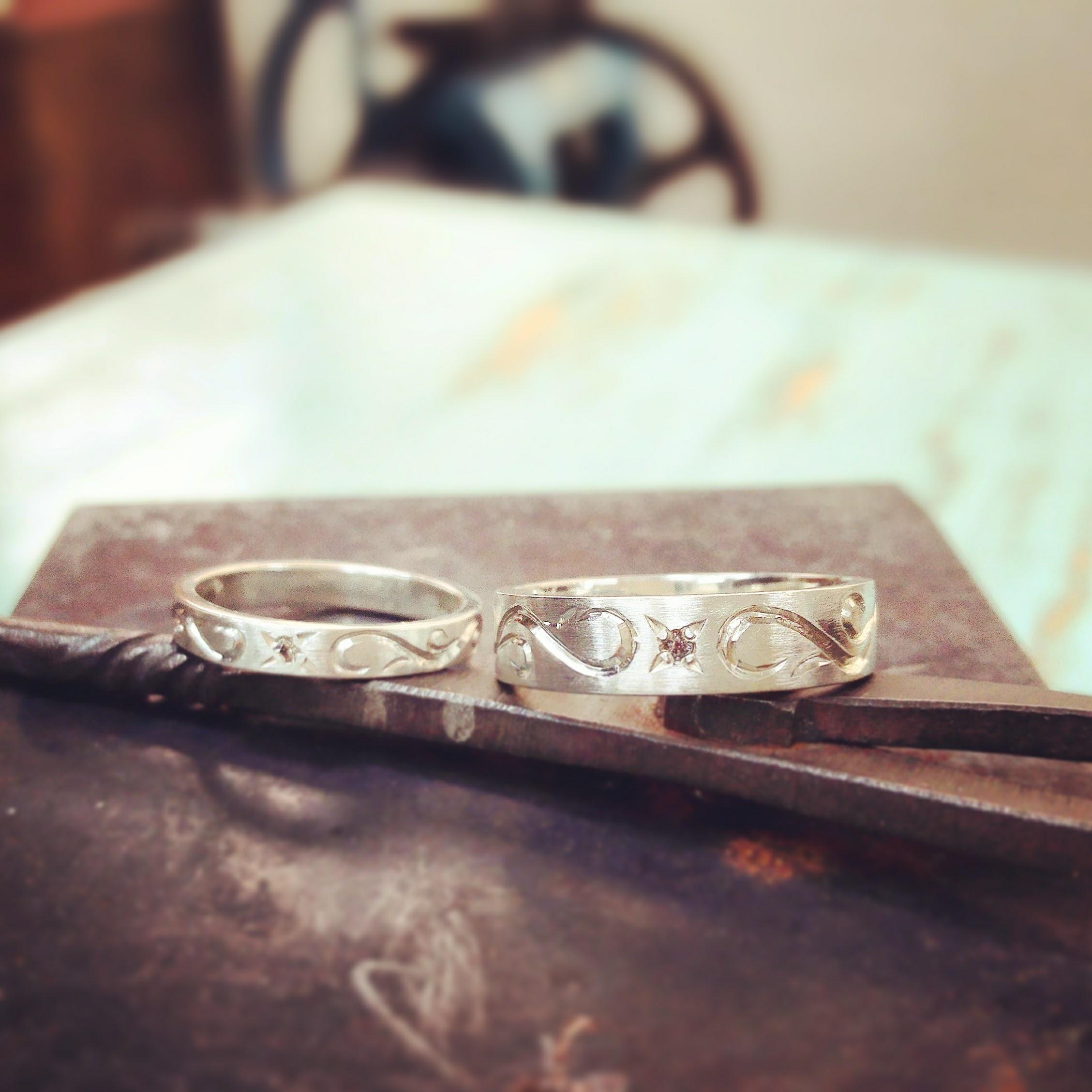 手彫りアラベスクとピンクダイヤのリング 太・細