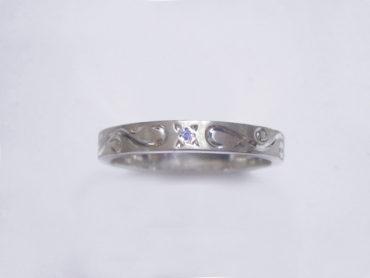 手彫りアラベスクとブルーダイヤのリング・細