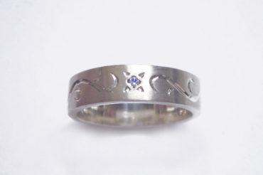 手彫りアラベスクとブルーダイヤのリング・太