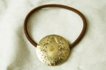 ヘアゴム・月と手彫りのアラベスク
