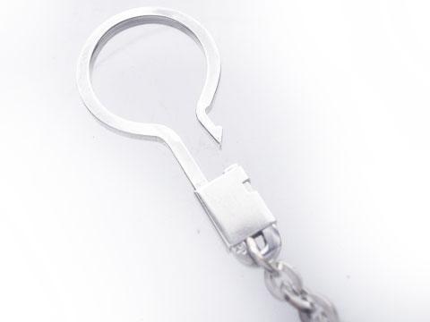 留めパーツを開けたところ。鍵などつけやすい構造です。