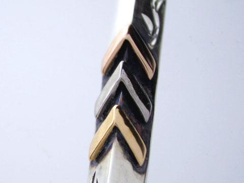 3色のゴールドを使った贅沢な矢。上からピンク、ホワイト、イエロー。