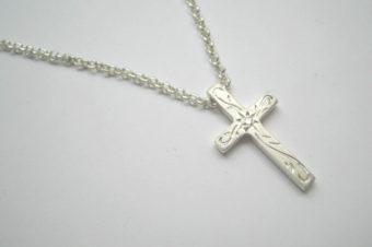 手彫りアラベスクとダイヤのクロスネックレス