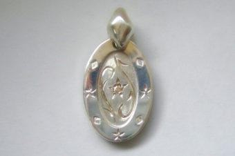 ブラウンダイヤの手彫りフラワー風トップ・L