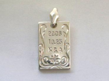 手彫りアラベスクとダイヤのメッセージプレート