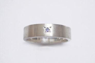 ツヤ消し加工とブルーダイヤのリング/太