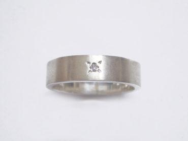 ツヤ消し加工とダイヤのリング/太