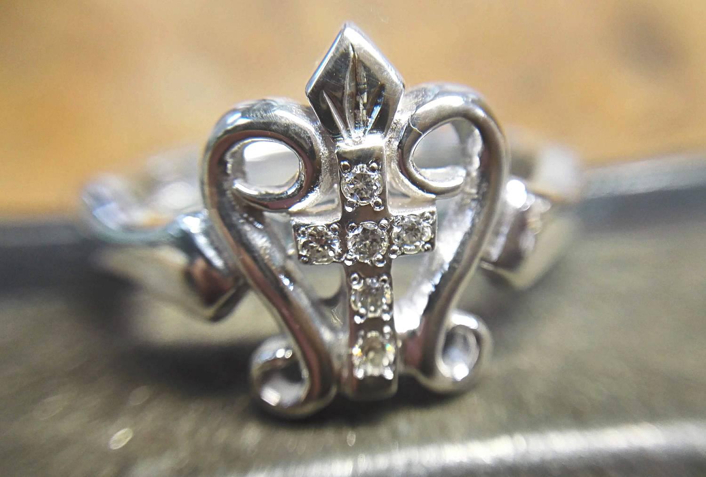 アップ。ダイヤがキラキラですが派手すぎずしっくり馴染みます。