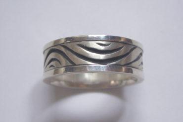 手彫りゼブラ模様のリング・細