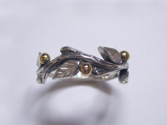 小さな実を結んだ、リアルな小枝のリング