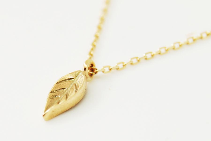小さな葉っぱチャーム。きちんと葉脈を彫り、全体的にテクスチャをつけてあります。