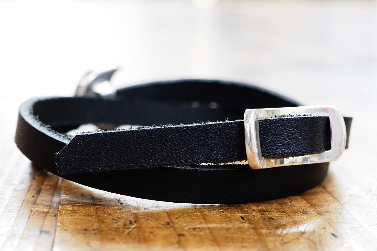 革は切りっぱなし。バックルもハンドメイドでぴったりサイズです。