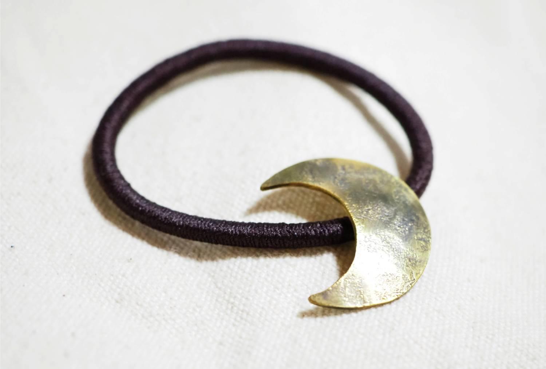 横から。鎚目といぶしはひとつひとつ手作業。同じように見えても世界で一つの模様です。