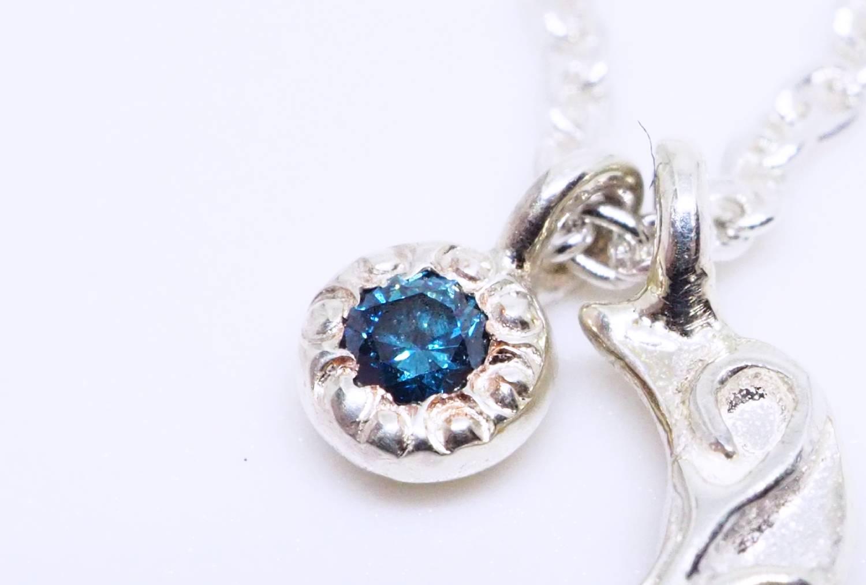 夜空を切り取ったような深いブルーのダイヤモンドを一粒。