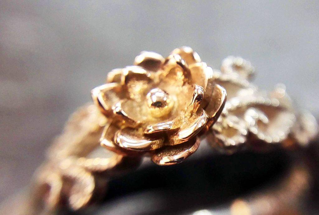 蓮の花部分はK10ピンクゴールドです。