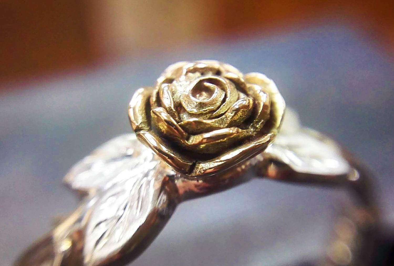 バラ部分はK10ピンク。柔らかい花びらがギュッと詰まった感じがバラそのもの。