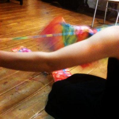 細く裂いてトンボ玉を通し、編んでいきます。布を裂くのはけっこう力仕事!