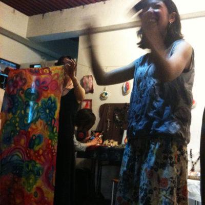 そして、ゆりわさんの歌の最中にAmyさんがペイントした布をはなこさんがペンダントにするというライブ制作を!