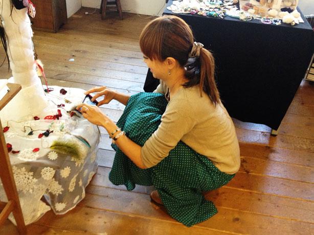 出来上がったブレスを撮るmiwaさんを撮ってみました
