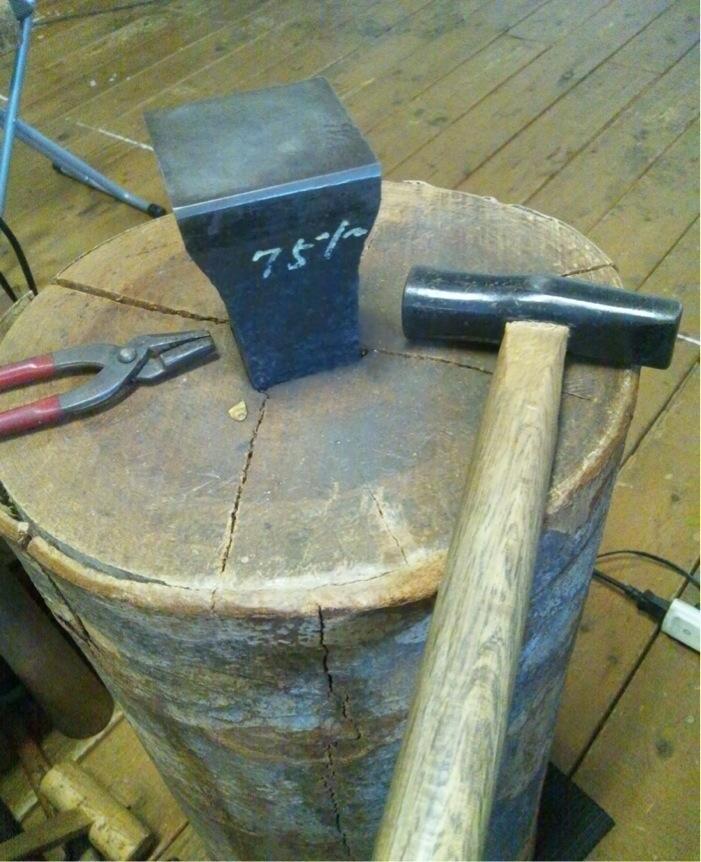 4 金床つき木台地金を叩き伸ばす金槌