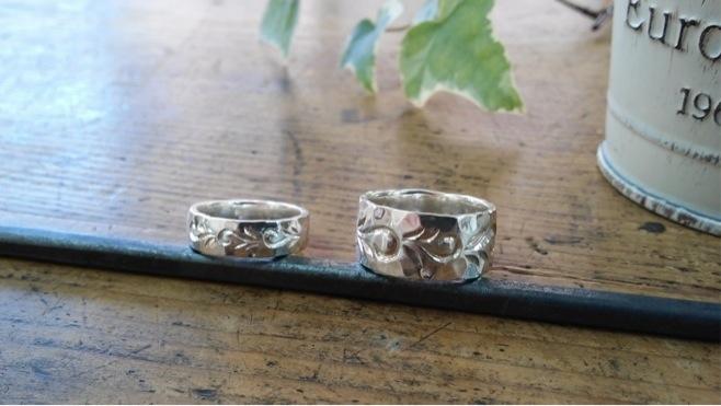 鎚目と手彫り模様のリング