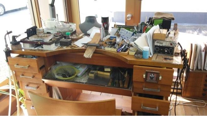 雑然とした作業机