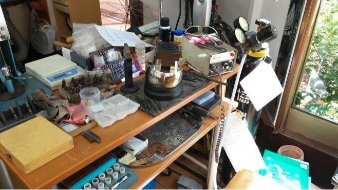 反対側には石留め、彫り専用作業机があります