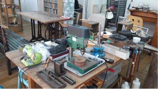 作業台にもいろいろな工具が