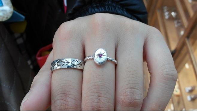 ねじねじダイヤと鎚目と手彫りのリング