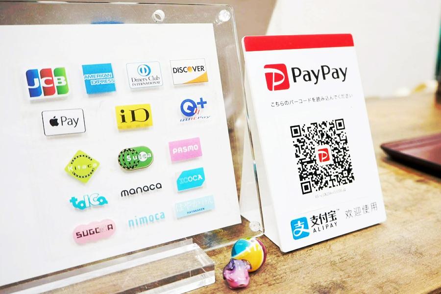 レジ前にPayPayのQRコードが置いてあります。 左は他にご利用いただけるお支払い方法です^^